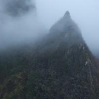 Po południowej stronie grani, lewada przyjmuje nazwę do Noguiera. Nad głowami widać majestatyczną turniczkę