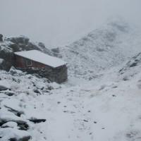 Zimowy poranek w połowie września. Cabana na grani na zachód od Parângul Mare