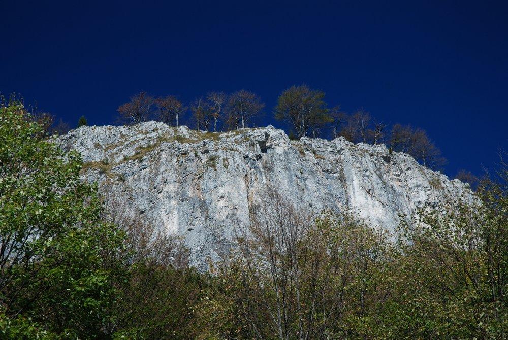 Pietrele Negre, duża bryła wapienia nad naszymi głowami w drodze na przełęcz Vârtop | Bihor