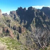 Widok w stronę grani łączącej Pico Ruivo i Pico Arieiro