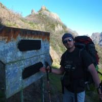 Boca las Torrinhas i znaki będące świadkami pożaru. Przełęcz ma wysokość około 1450 metrów n.p.m.