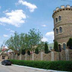 Rejon winiarski Codrii. Pracownik wyjaśnia nam regulamin zwiedzania po serbsko-chorwacku...