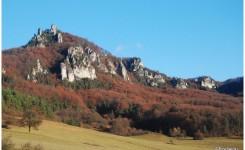 Góra Brada (816 m.n.p.m), z charakterystycznymi skalnymi turniami.
