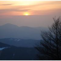 Słońce zachodzi nad szczytem Strażov - najwyższym w górach Strażowskich.