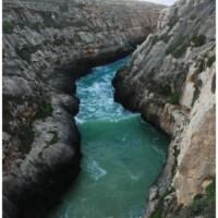 Dramatyczne widoki znad Wied il-Għasri na morze wcinające się głęboko w ląd.