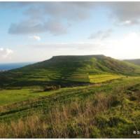 Górzystość Gozo jest dużo wyraźniejsza niż Malty, ponieważ charakterystyczne są odosobnione wzgórza o płaskich wierzchołkach.