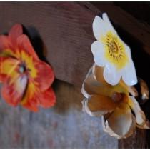 Sztuczne, metalowe kwiaty.