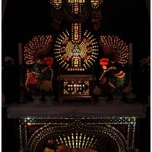 Wspaniały świetlisty ołtarz wykonany ze szkiełek.