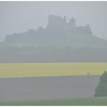 Zamek Boldogkovaralja za ścianą deszczu.
