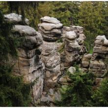 Na jednej ze skał leży 'ranny sokół', a jedna ze skał to siedzący 'niedźwiedź'