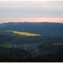Widok na Śnieżkę (1602m.n.p.m.) a poniżej Skały Adrszpaskie zupełnie niewidoczne w lesie.