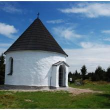 Kaplica Kunštát, pochodząca z XVII wieku, zbudowana jest na grzbiecie płaskiej góry (1039 m) smaganym surowymi wiatrami, przetrwała do dziś. Niedawno renowowana z niemiecką pomocą.