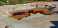 Jeziorka czerwone od produktów rozpadu pirytu.